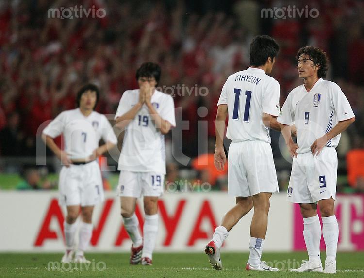 Fussball WM 2006  Gruppenspiel  Vorrunde Gruppe G  Schweiz - Sued Korea ; Switzerland - Korea Republic  Ji Sung PARK , Jae Jin CHO , Ki Hyeon SEOL und Jung Hwan AHN (alle KOR) stehen nach dem Spiel enttaeuscht auf dem Spielfeld
