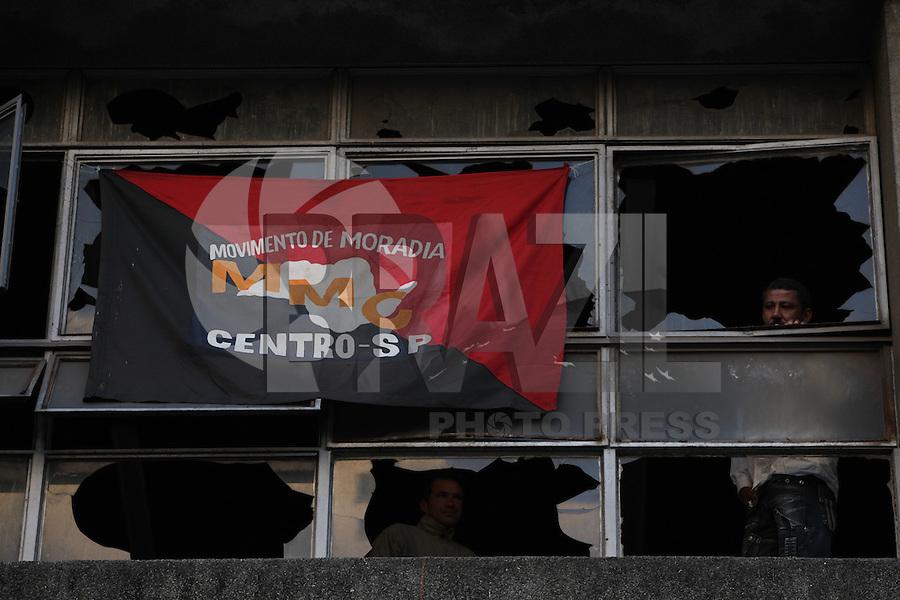 SAO PAULO, SP, 03/09/2012, INVASAO PREDIOS. Varios predios publicos foram invadidos na madrugada de hoje (03) pelo Movimnento do Sem Teto do Centro, na foto o  predio que pertence ao Banco do Brasil na  R Dr. Penaforte Mende n bairro da Bela Vista. Luiz Guarnieri/ Brazil Photo Press