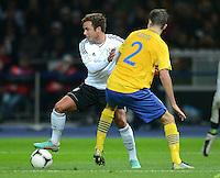 Fussball International  WM Qualifikation 2014   16.10.2012 Deutschland - Schweden Mario Goetze (li, Deutschland)  gegen Mikael Lustig (Schweden)