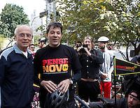 SAO PAULO, 15 DE JULHO DE 2012. CAMPANHA FERNANDO HADDAD. O candidato do PT à prefeitura de São Paulo, Fernando Haddad, e o senador Eduardo Suplicy  durante encontro com ciclistas  pelas ruas do centro de São Paulo.FOTO: ADRIANA SPACA: BRAZIL PHOTO PRESS