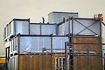 AMERSFOORT - In de Amersfoortse woonwijk is Ursem Bouwgroep bezig met de opbouw van scholencomplex De VeenCampus. Het door Attika architekten uit Amsterdam, in opdracht van de gemeente ontworpen gebouw is opgebouwd uit prefabelementen die in een stalen frame geplaatst worden. Het gebouw is ontworpen als tijdelijk transferium voor diverse onderwijsinstellingen en gaat ruimte bieden aan drie basisscholen, enkele klasruimtes voor het Vathorst College en aan De Opmaat, een school voor speciaal onderwijs. De school krijgt uiteindelijk 32 klaslokalen waarvan de eerste lokalen begin volgend jaar in gebruik genomen moeten worden. COPYRIGHT TON BORSBOOM