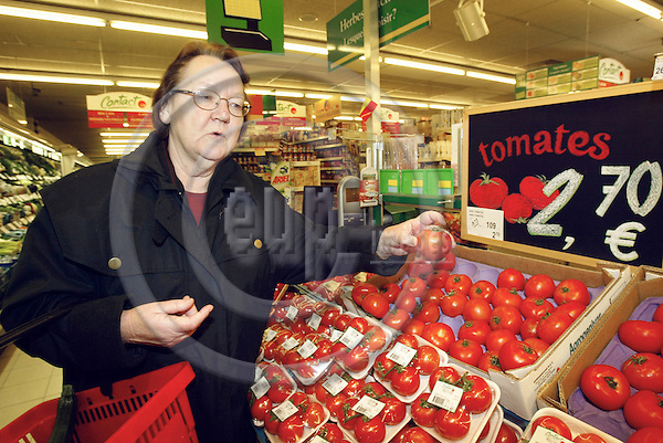 BRUSSELS - BELGIUM - 29 January 2003-- Swedish MEP Marit PAULSEN ( ELDR ) shopping in a supermarket and discussing the price changes in consumer goods after the EURO was introduced.--PHOTO: EUP-IMAGES.COM / JUHA ROININEN