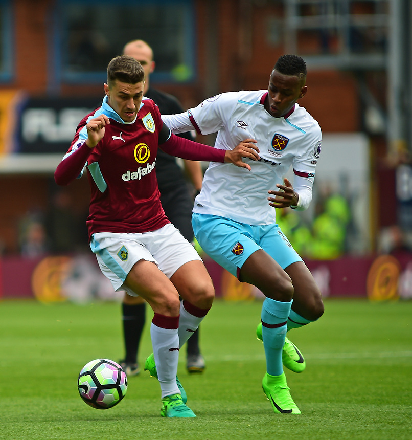Burnley's Matthew Lowton vies for possession with West Ham United's Edimilson Fernandes<br /> <br /> Photographer Andrew Vaughan/CameraSport<br /> <br /> The Premier League - Burnley v West Ham United - Sunday 21st May 2017 - Turf Moor - Burnley<br /> <br /> World Copyright &copy; 2017 CameraSport. All rights reserved. 43 Linden Ave. Countesthorpe. Leicester. England. LE8 5PG - Tel: +44 (0) 116 277 4147 - admin@camerasport.com - www.camerasport.com