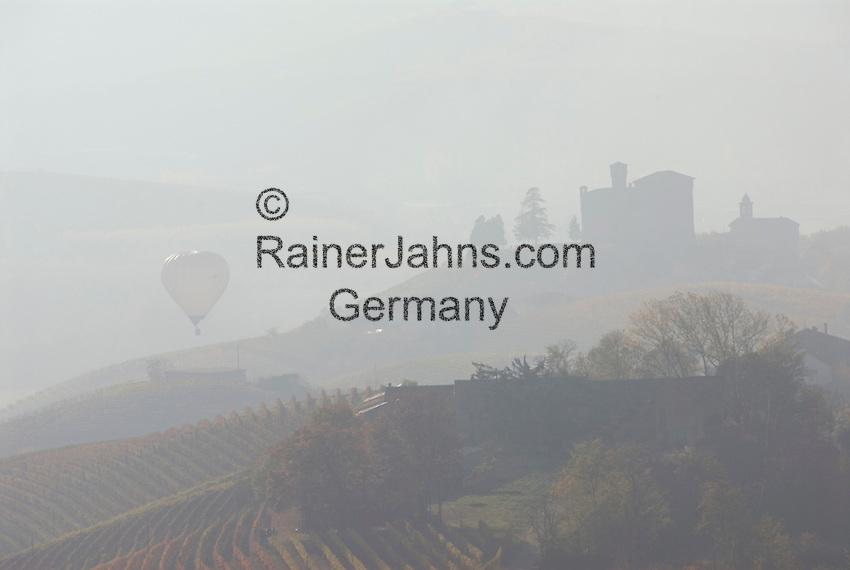 Italien, Piemont, Langhe, bei Alba: Landschaft im Morgennebel, Heissluftballon, schemenhaft   Italy, Piedmont, Langhe, near Alba: hazy landscape, hot-air balloon, dimly
