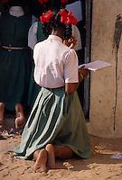 Indien, Orissa, Puri, Schülerin im Fischerdorf