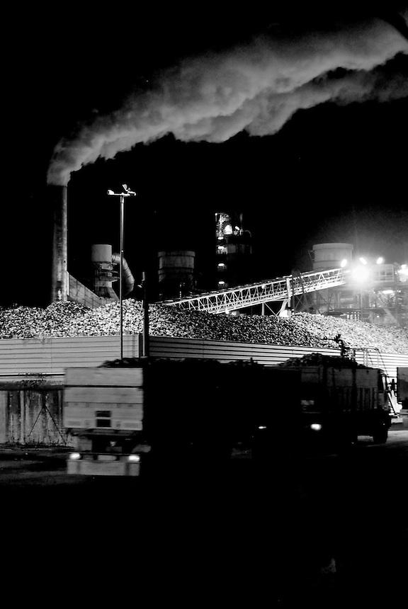 Per decenni, ogni agosto, abbiamo assistito all'andirivieni dei camion che conferivano le bietole da zucchero allo zuccherificio. Lunghe file di attesa per i camionisti ed una vita da nomadi per i tre mesi estivi. Oggi l'industria saccarifera italiana &egrave; ridotta ad un paio di stabilimenti e questo per &quot;merito&quot;, si dice, della modesta lungimiranza della comunit&agrave; europea e dei governi italiani a tutto vantaggio degli stabilimenti tedeschi e francesi.<br /> Fotografie scattate tra il 1982 e il 2007 nei pressi dello zuccherificio di Minerbio e di Molinella, quest'ultimo oggi completamente demolito.