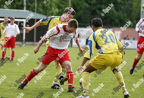 2010-05-16 / Seizoen 2009-2010 / Voetbal / Merksem - Sint-Job FC / Khalid Moussaoui van Merksem kijkt toe hoe zijn teamgenoot Mersad Karahmed de bal van voor de voeten van Glenn Broekhoven haalt..Foto: mpics