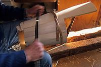 """Europe/France/Rhône-Alpes/74/Haute-Savoie/Chatel: Edmond Maxit fabrique des """"Seillons"""" (récipient qui permettait de transporter le lait)"""