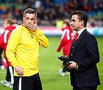Nederland, Amsterdam, 3 november 2012.Eredivisie.Seizoen 2012-2013.Ajax-Vitesse (0-2).Theo Janssen van Vitesse (l.) zal een bronzen Ajax beeldje overhandigd krijgen van Marc Overmars (r.), directeur voetbalzaken van Ajax, dit als afsluiting en herinnering voor zijn Ajax-tijd.