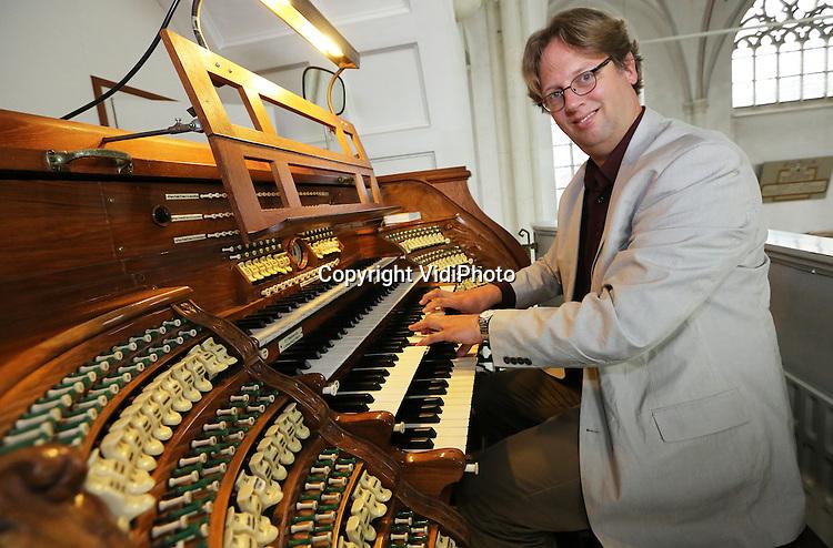 Foto: VidiPhoto<br /> <br /> DOESBURG - Portret van Wilbert Berendsen, organist van de Martinikerk in Doesburg, achter het wereldberoemde electro-pneumatisch Walcker-orgel uit 1914. Het orgel bezit 4 klavieren en pedaal en is met 75 registers en 5415 pijpen (die in vier etages staan opgesteld) het grootste elektro-pneumatische orgel van Nederland!