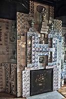 Europe/Royaume-Uni/Îles Anglo-Normandes/Île de Guernesey/Saint-Pierre-Port: Hauteville House, Maison de Victor Hugo, et Musée Victor Hugo<br /> La salle à manger <br /> La cheminée, bloc de céramique à fond blanc, et son immense lettre H, initiale de Hugo et de Hauteville House, dessinée en relief par de petits carreaux à dessins bleu