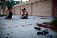 At sunset, some players and trainers abandon the boxing ring to join the prayer mat unwound in the court of the club.