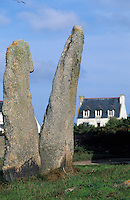 """Europe/France/Bretagne/29/Finistère/Ile de Sein: Les deux menhirs """"Les Causeurs"""" sur la place François Le Sud"""