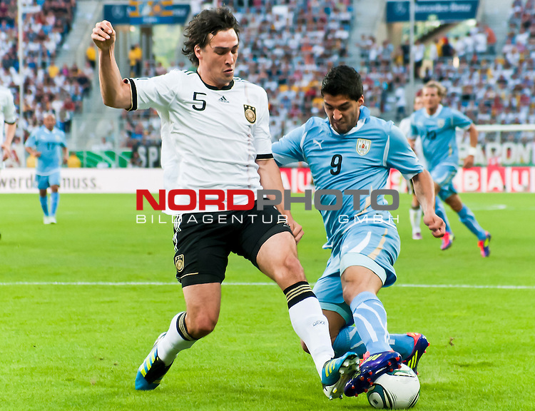 29.05.2011, Rhein-Neckar-Arena, Sinsheim, GER, LS FSP, Deutschland (GER) vs Uruguay (UY), im BildMats Hummels of Germany and Sebastian Eguren of Uruguay battle for the ball during the Football Friendly Ship betweem Germany and Uruguay  for the Rhein-Neckar-Arena in Sinsheim, Germany, 2011/05/29, Foto © nph / Roth