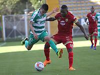 BOGOTÁ - COLOMBIA, 16-09-2018:Walmer Pacheco (Izq.) jugador de La Equidad  disputa el balón con Alvaro Angulo (Der.) jugador del Rionegro durante partido por la fecha 10 de la Liga Águila II 2018 jugado en el estadio Metropolitano de Techo de la ciudad de Bogotá. /Walmer Pacheco (L) player of La Equidad fights for the ball with Alvaro Angulo (R) player of Rionegro during the match for the date 10 of the Liga Aguila II 2018 played at the Metropolitano de Techo Stadium in Bogota city. Photo: VizzorImage / Felipe Caicedo / Staff.