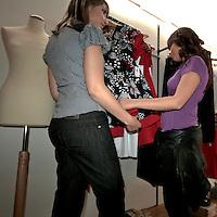 La cliente sceglie i capi d'abbigliamento