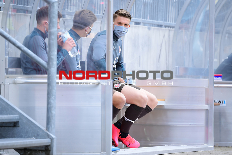 nph00001  v.l. Christian Viet, Finn Ole Becker, Viktor Gyoekeres (St. Pauli) mit Mundschutz<br /> Hamburg, 17.05.2020, Fussball 2. Bundesliga, FC St. Pauli - 1. FC Nuernberg <br /> <br /> Foto: Tim Groothuis/Witters/Pool//via Kokenge/nordphoto