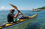 Descente des côtes corses (depuis les calanques de Piana vers Porto jusqu'à Bonifacio. Raid de 10 jours en kayak  de mer en bivouaquant sur les plages. Corse (côte ouest). France.