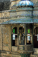 """Asie/Inde/Rajasthan/Udaipur: Le """"City Palace"""" palais du roi sur le lac Pichola (D'une longueur de près de 500M, ce vaste ensemble de marbre et de granit fut érigé à partir du règne d'Udai Singh (1537-1572) fondateur de la ville) - dome et façade des paons"""