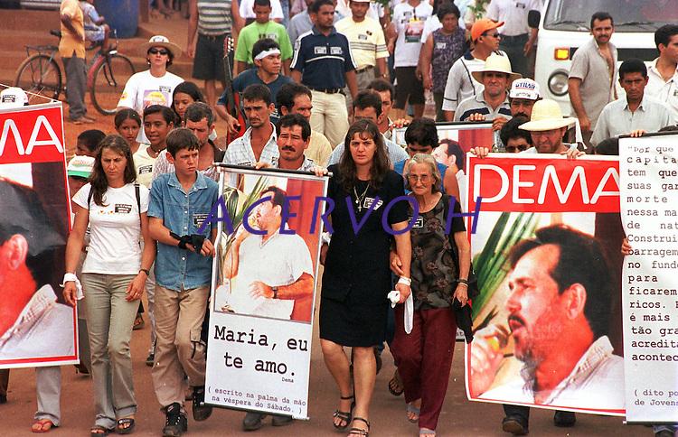 """Passeata em manifestaÁ""""o pelo assassinato do lÌder sindical Ademir  Federicci em Altamira no Par·.<br /> Foto Paula Sampaio<br /> 31/08/2001<br /> <br /> Passeata em manifestaÁ""""o pelo assassinato do lÌder sindical Ademir  Federicci em Altamira no Par· (Da esq. para direita)AntÙnio JosÈ Federicci, irm""""o- Marina Feu, viuva- Catarina Feu, m‡e viuva - Cleber Fideu , filho.<br /> Foto Paula Sampaio<br /> 31/08/2001<br /> <br /> Ademir Alfeu Federicci foi baleado em sua casa na madrugada de 25/08. Acredita-se que o crime tenha motivação política, já que Dema, como era chamado, era a principal liderança em Altamira (PA) na luta contra latifundiários, madeireiros e barragens. Uma manifestação acontecerá na sexta-feira em protesto contra a violência na região.<br /> <br /> <br /> Na madrugada de 25/08, por volta de 02:30 horas, Ademir Alfeu Federicci, um dos coordenadores do Movimento pelo Desenvolvimento da Transamazônica e do Xingu (MDTX)) foi assassinado. Segundo relato da polícia civil local, sua casa foi invadida por um homem armado, com quem Dema travou luta corporal e de quem recebeu um tiro que o atingiu na cabeça. A versão oficial dá conta de que se tratou de um assalto. Mas, de acordo com Ayrton Faleiro, diretor de Política Agrária da Contag (Confederação Nacional dos Trabalhadores Agrícolas), não foi realizada perícia no local, nem exame de balística e o corpo só chegou à funerária duas horas depois de ter sido retirado da casa."""