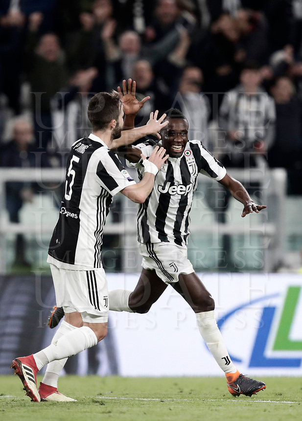 Calcio, Serie A: Juventus - Atalanta, Torino, Allianz Stadium, 14 marzo 2018. <br /> Juventus' Blaise Matuidi (r) celebrates after scoring with his teammate Miralem Pjanic (l) during the Italian Serie A football match between Juventus and Atalanta at Torino's Allianz stadium, March 14, 2018.<br /> UPDATE IMAGES PRESS/Isabella Bonotto
