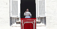 "Papa Francesco recita la preghiera del ""Regina Coeli"" dalla finestra del Palazzo Apostolico affacciata su piazza San Pietro. Città del Vaticano, 17 aprile 2017.<br /> Pope Francis talks to faithful as he leads the Regina Coeli prayer from the window of the apostolic palace overlooking St Peter's square at the Vatican, on April 17 2017.<br /> UPDATE IMAGES PRESS/Isabella Bonotto<br /> <br /> STRICTLY ONLY FOR EDITORIAL USE"