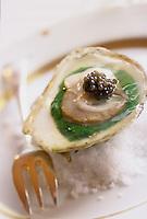 """Europe/France/Picardie/80/Somme/ENV. d'Amiens/Dury: Hutre en gelée de persil à l'eau de mer et caviar, recette d'Eric Boutté Chef du restaurant """"L'Aubergeade"""""""