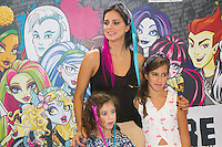 SÃO PAULO,SP,28.03.2015- FASHION WEEKEND KIDS -A atriz,Vera Viel tira fotos com as filhas após o desfile da marca Tyrol.Shopping Cidade jardim,região sul da cidade de São Paulo nesse sábado,28.(FOTO:KEVIN DAVID/BRAZIL PHOTO PRESS)