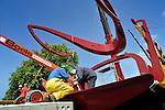 UTRECHT - In Utrecht is de 110 ton zware balans van de door bouwcombinatie Ippel-Jansen Venneboer gebouwde Rode Brug op zijn plek gehezen. De stalen constructie is in opdracht van de gemeente deze week samen met de 40 ton zware val(het wegdek) vanaf de Industriehaven op Lage Weide, via een dieplader naar zijn bestemming gebracht. Na montage van de zng Valstangen is de constructie op zijn plaats gehezen. COPYRIGHT TON BORSBOOM