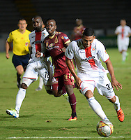 IBAGUÉ -COLOMBIA, 11-07-2015. Deinner Quiñones (Izq) jugador de Deportes Tolima disputa el balón con Juan Bolaños (Der) jugador del Cortulúa por la fecha 12 de la Liga Aguila II 2016 jugado en el estadio Manuel Murillo Toro de la ciudad de Ibagué./ Deinner Quiñones (L) player of  Deportes Tolima vies for the ball with Juan Bolaños (R) player of Cortulua for the date 12 of the Aguila League II 2016 played at Manuel Murillo Toro stadium in Ibague city. Photo: VizzorImage / Juan Carlos Escobar / Str