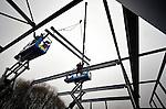 UTRECHT - In Utrecht zijn medewerkers van metaalbewerkeringsbedrijf Van den Brink bezig met de montage van de door bouwonderneming Van Bekkum te bouwen Kranenburgschool. Het door Rienks ontworpen complex vervangt het verouderde schoolgebouw voor praktijkonderwijs dat hier eerder gesloopt is. De nieuwe school die in opdracht van de Willibrord Stichting verrijst, moet in de herfst klaar zijn.COPYRIGHT TON BORSBOOM
