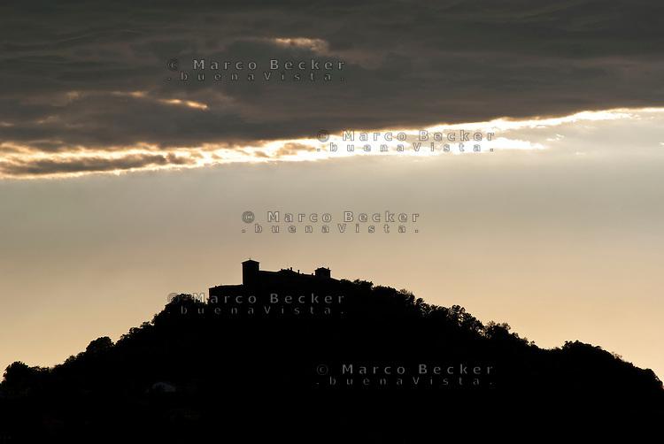 Il castello di Montalto Pavese (Pavia). Silhouette al tramonto --- The castle of Montalto Pavese (Pavia). Silhouette at sunset