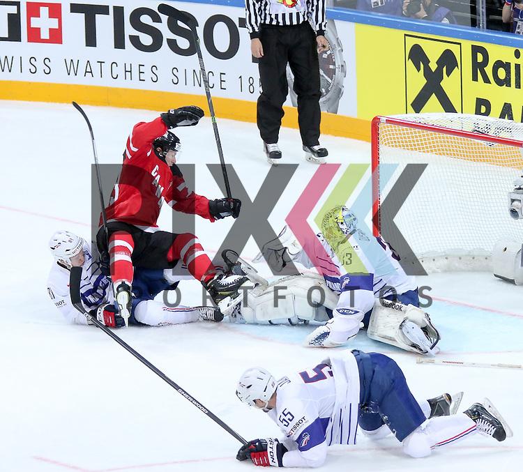 Canadas Toffoli, Tyler (Nr.73) kann das Tor nicht machen und wird von Frankreichs Rech, Anthony (Nr.81) umgeworfen. Frankreichs Janil, Jonathan (Nr.55) und Frankreichs Quemener, Ronan (Nr.33) verteidigen den Schuss im Spiel IIHF WC15 France vs Canada.<br /> <br /> Foto &copy; P-I-X.org *** Foto ist honorarpflichtig! *** Auf Anfrage in hoeherer Qualitaet/Aufloesung. Belegexemplar erbeten. Veroeffentlichung ausschliesslich fuer journalistisch-publizistische Zwecke. For editorial use only.
