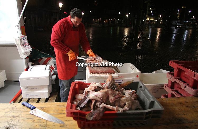 Foto: VidiPhoto..MAASTRICHT - Al vroeg in de ochtend is personeel van Vispaleis De Gezonde Apotheek uit Maastricht al bezig met de voorbereidingen van de vismarkt op de Markt in Maastricht. Met drie grote verkoopwagens, vijf trucks, elf man personeel en meer dan 200 verschillende producten, is het Vispaleis van de familie Van Leendert de grootste visverkoper op de vrijdagmarkt. Maastricht heeft de op één na Beste Markt van Nederland, aldus het Hoofdbedrijfschap Detailhandel. Het is wel de beste Grote Markt van ons land..