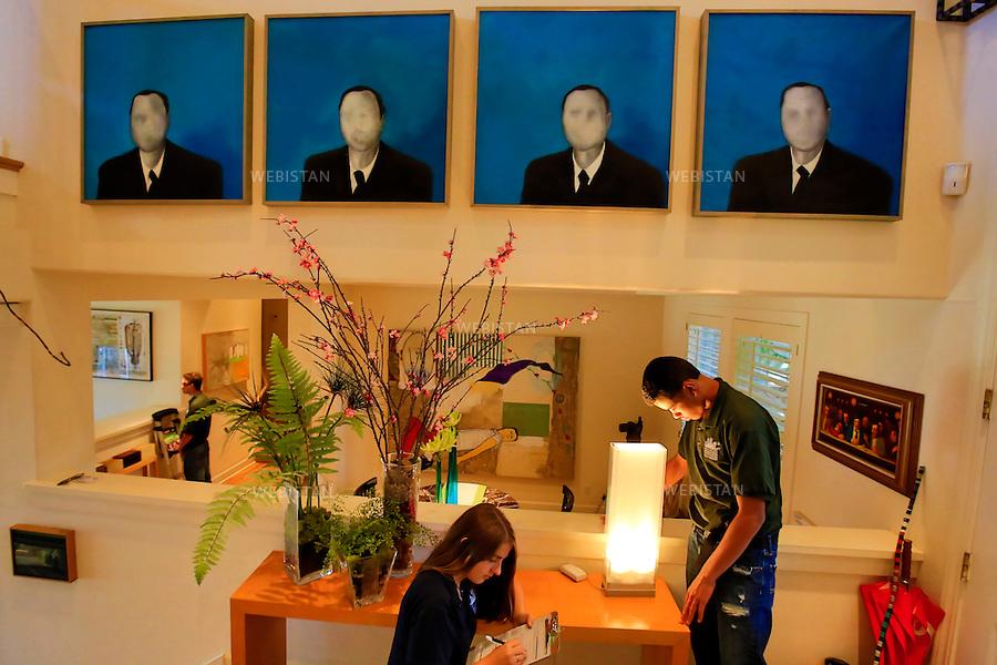 Etats-Unis, Californie, San Francisco, 13 juillet 2012..Deux experts en energies durables terminent l'analyse detaillee d'une habitation, afin de proposer des solutions pour reduire durablement les pertes energetiques du foyer. ..Chaque ete, le Rising Sun Energy Center forme dans 8 villes de Californie, environ 85 jeunes de 15 a 22 ans, souvent issus de milieux defavorises, aux metiers de l'economie d'energie et de la defense de l'environnement. ..United States, California, San Francisco, July 13, 2012..Two CYES specialists completing the analysis of a home to provide sustainable solutions to reduce the energy loss...Each summer, in eight Californian towns, the Rising Sun Energy Center trains around 85 young people aged from 15 to 22, often from underprivileged backgrounds, to energy efficiency and environmental protection jobs. .<br /> <br /> Distribution HEMIS