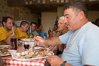 Europe/France/Aquitaine/33/Gironde/ Sainte-Colombe: Repas des vendangeurs chez Phillipe Carille ,viticulteur Cotes de Castillon AOC- Poupille et Chateau Poupille