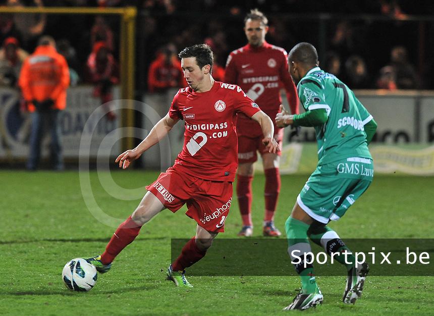 KV Kortrijk - OH Leuven : Brecht Dejaegere aan de bal voor Ovidy Karuru.foto VDB / BART VANDENBROUCKE