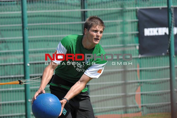 FBL 09/10 Traininglager  Werder Bremen Norderney 2007 Day 03<br /> Konditionstraining Sonntag morgen<br /> <br /> <br /> Kraftakt mit dem Medizinball, <br /> <br /> Sebastian Pr&ouml;dl ( Werder Bremen AUT #15)<br /> <br /> Foto &copy; nph (nordphoto)