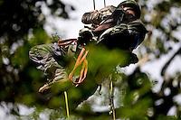 Parauapebas_PA, Brasil...Biologo da ONG SOS Falconiformes escalando arvore em meio a floresta amazonica na Floresta Nacional de Carajas...The biologist from the ONG SOS Falconiformes climbing tree in the Amazon forest, Carajas National Forest...Foto: JOAO MARCOS ROSA / NITRO