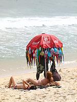 ATENÇAO EDITOR FOTO EMBARGADA PARA VEICULOS INTERNACIONAIS - RIO DE JANEIRO,RJ 25 DE SETEMBRO 2012. CLIMA TEMPO - Movimentacao na praia de Copacabana na manha tarde dessa terca-feira, 25FOTO RONALDO BRANDAO/BRAZIL PHOTO PRESS