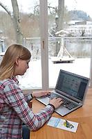 """Mädchen, Kind füllt Zählhilfe, Meldebogen online am Computer, Laptop aus, Protokoll, """"NABU Aktion Stunde der Wintervögel"""", Vögel zählen"""