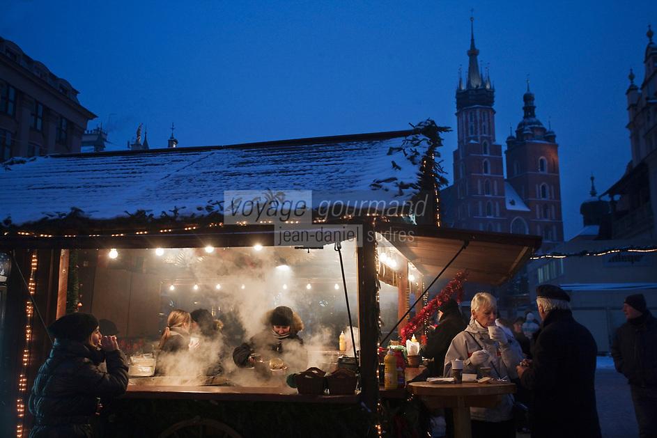 Europe/Voïvodie de Petite-Pologne/Cracovie: Marché de Noël sur la Place du Marché: Rynek en arrière plan l'église  Notre-Dame  - Vieille ville (Stare Miasto) classée Patrimoine Mondial de l'UNESCO