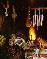 Europe/France/Limousin/23/Creuse/Cressat: Tuade du cochon à la ferme lors de la Saint-Cochon; Jambon, saucisses , saucissons, boudins et terrines