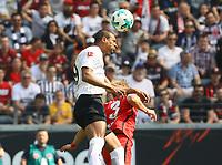 Sebastien Haller (Eintracht Frankfurt) im Zweikampf mit Per Skjelbred (Hertha BSC Berlin) - 21.04.2018: Eintracht Frankfurt vs. Hertha BSC Berlin, Commerzbank Arena