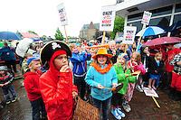 ALGEMEEN: SINT NICOLAASGA: parkeerterrein naast zalencentrum Sint Nicolaasga, 31-05-2012, Manifestatie tegen sluiting bibliotheek St. Nicolaasga, Liedeke (voor op de foto, als piraat) heeft zich de afgelopen weken sterk gemaakt voor het behoud van de bieb en de schoolkinderen opgeroepen om zo veel mogelijk verkleed als hun favoriete boekpersonage naar de manifestatie te komen, ©foto Martin de Jong