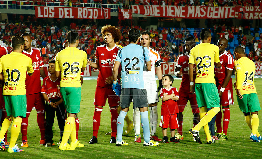 CALI -COLOMBIA-15-04-2014. Jugadores del America de Cali y del Real Cartagena se saludan antes del encuetro por el Torneo Postobon , partido por el Torneo Postobon de la segunda division jugado en el estadio Pascual Guerrero de la ciudad de Cali./ Players of America de Cali and Cartagena Real greet before the game by the tournament Postob—n match for Postobon Tournament played in the second division Pascual Guerrero stadium in Cali.  Photo: VizzorImage / Juan Carlos Quintero / Stringer