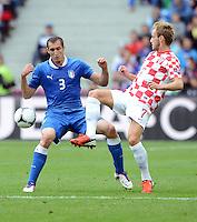 FUSSBALL  EUROPAMEISTERSCHAFT 2012   VORRUNDE Italien - Kroatien                    14.06.2012 Giorgio Chiellini (li, Italien) gegen Ivan Rakitic (re, Kroatien)