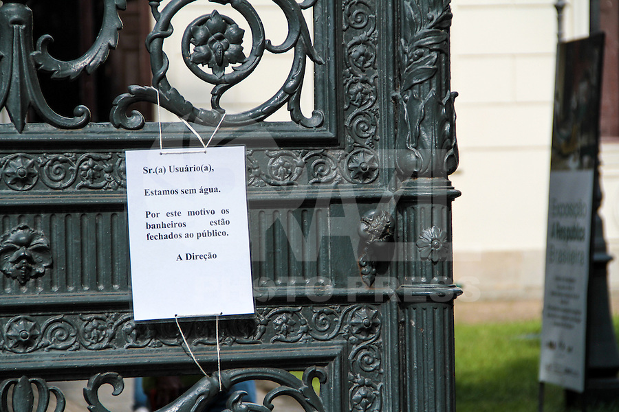 RIO DE JANEIRO; RJ; 26 DE FEVEREIRO 2013 - Na porta do Museu da República, no Catete, o cartaz avisa que os banheiros estão fechados ao público pela falta de fornecimento de água que atinge a cidade do Rio de Janeiro desde o final de semana. FOTO: NÉSTOR J. BEREMBLUM - BRAZIL PHOTO PRESS.