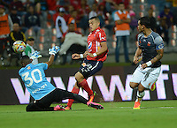 MEDELLIN - COLOMBIA -12 -07-2016: Leonardo Castro (Cent.) jugador de Deportivo Independiente Medellin disputan el balón con Jeferson Martinez (Izq.) portero de Envigado FC, durante partido entre Deportivo Independiente Medellin y Atletico Junior, por la fecha 3 de la Liga Aguila II 2016, en el estadio Atanasio Girardot de la ciudad de Medellin. / Leonardo Castro (C) player of Deportivo Independiente Medellin, fights for the ball with Jeferson Martinez (L), goalkeeper of Envigado FC, during a match between Deportivo Independiente Medellin and Envigado FC, for the date 3 of the Liga Aguila II 2016 at the Atanasio Girardot stadium in Medellin city. Photos: VizzorImage  / Leon Monsalve / Cont.