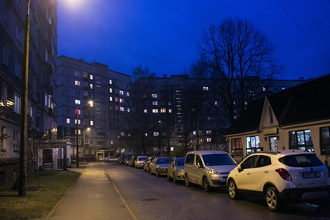 Die Rigaer Nachbarschaft, in der Alexander wohnt. Er kommt geb&uuml;rtig aus St. Petersburg und ist mit seiner Frau Irina nach Riga gezogen. K&uuml;rzlich hat er sein Unternehmen, eine Tabakpfeifenwerkstatt, in Lettland angemeldet.<br /> <br /> Seit einigen Jahren wandern vermehrt Russen in das benachbarte Lettland aus - derzeit sind 50.000 russische Staatsb&uuml;rger in Besitz einer st&auml;ndigen Aufenthaltsgenehmigung in dem baltischen Land.<br /> Seitdem Lettland 2004 Teil der Europ&auml;ischen Union ist, sind etwa zehn Prozent der Letten emigriert. In der Hauptstadt Riga bieten sich f&uuml;r junge Zuwanderer besonders auch beruflich aussichtsvolle Perspektiven.
